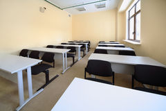 Sala de aula vazia com as mesas de madeira da escola Imagem de Stock Royalty Free