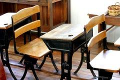 Sala de aula velha com mesas do vintage imagem de stock royalty free
