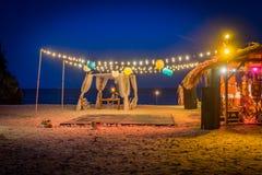 Sala de baile de la boda de playa en las opiniones de Curaçao de la noche imagen de archivo libre de regalías