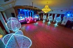 Sala de baile y etapa del entarimado en el sitio de oro Foto de archivo libre de regalías