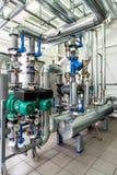 Sala de caldeira interior do gás com bombas e encanamento múltiplos Imagem de Stock