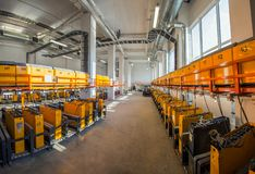 Sala de carregamento da bateria no centro de distribuição foto de stock