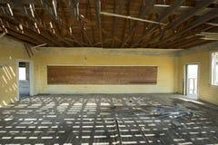 Sala de clase abandonada de la escuela Fotos de archivo libres de regalías