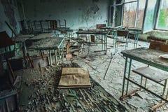 Sala de clase abandonada en la escuela número 5 de Pripyat, zona de exclusión de Chernóbil 2019 fotos de archivo