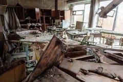 Sala de clase abandonada en la escuela número 5 de Pripyat, zona de exclusión de Chernóbil 2019 imagen de archivo