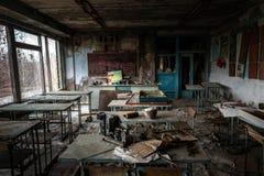 Sala de clase abandonada en la escuela n?mero 5 de Pripyat, zona de exclusi?n de Chern?bil 2019 fotos de archivo