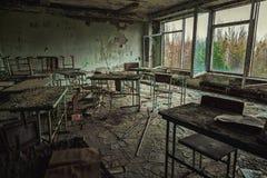Sala de clase abandonada en la escuela n?mero 5 de Pripyat, zona de exclusi?n de Chern?bil 2019 imagenes de archivo