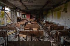 Sala de clase abandonada en la escuela n?mero 5 de Pripyat, zona de exclusi?n de Chern?bil 2019 foto de archivo libre de regalías