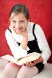 Sala de clase de la lectura - muchacha que lee un libro Imagenes de archivo