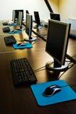 Sala de clase de los ordenadores foto de archivo