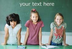 Sala de clase en la escuela y texto en tarjeta verde Imagen de archivo