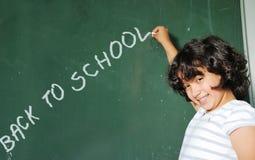 Sala de clase en la escuela y texto en tarjeta verde Foto de archivo libre de regalías