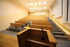 Sala de clase grande, pasillo de conferencia de la universidad imagen de archivo