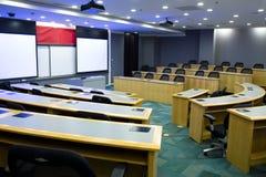 Sala de clase moderna con el proyector Foto de archivo