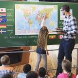Sala de clase que aprende concepto del estudio de los estudiantes de Geographhy Fotografía de archivo
