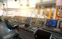 Sala de comando a bordo da ponte de navio fotografia de stock