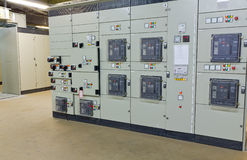 Sala de comando da tensão elétrica de uma planta Fotografia de Stock Royalty Free