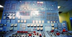 Sala de comando de uma planta velha da produção de eletricidade fotos de stock
