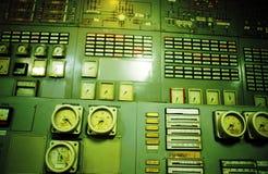 Sala de comando uma planta velha da produção de eletricidade foto de stock