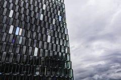 Sala de concertos de Harpa exterior e céu dramático, Reykjavik, Islândia, em julho de 2014 foto de stock royalty free