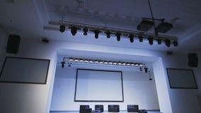 Sala de concertos moderna A cena é equipamento de iluminação profissional brilhantemente leve A câmera move-se entre as fileiras  vídeos de arquivo