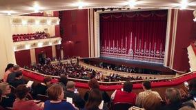 Sala de conciertos con la audiencia metrajes