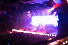 Sala de conciertos de la música de la falta de definición con la iluminación púrpura fotos de archivo