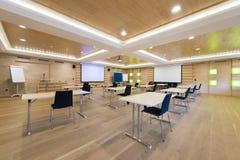 Sala de conferências de madeira com telas de projeção Fotografia de Stock Royalty Free