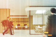 Sala de conferências de madeira do aquário do escritório, pessoa Imagens de Stock