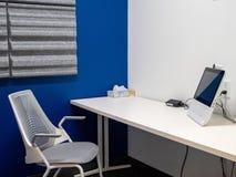 Sala de conferências do escritório brilhante, privado com monitor e câmera da teleconferência foto de stock royalty free