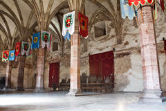 Sala de conferências medieval com bandeiras fotografia de stock royalty free