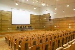 Sala de conferências moderna da construção com assentos foto de stock