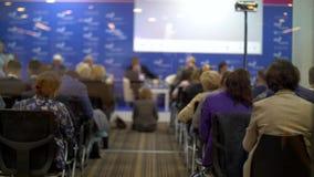 Sala de conferências Os povos escutam a apresentação video estoque