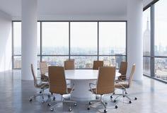 Sala de conferências panorâmico no escritório moderno em New York City Cadeiras de couro de Brown e uma mesa redonda branca Fotos de Stock Royalty Free