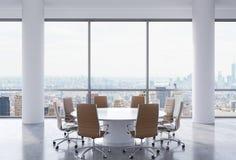 Sala de conferências panorâmico no escritório moderno, opinião de New York City Cadeiras de Brown e uma mesa redonda branca Fotografia de Stock Royalty Free