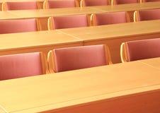 Sala de conferências vazia com as cadeiras de madeira que enfrentam a parte dianteira Fotos de Stock
