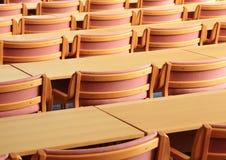 Sala de conferências vazia com as cadeiras de madeira que enfrentam a parte traseira Foto de Stock Royalty Free