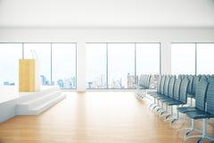 Sala de conferencias con la opinión de la ciudad Imagen de archivo libre de regalías