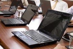 Sala de conferencias con las computadoras portátiles Imagen de archivo libre de regalías