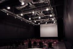 Sala de conferencias con las sillas rojas Foto de archivo libre de regalías