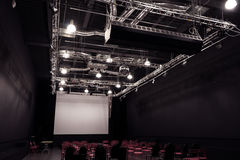 Sala de conferencias con las sillas rojas imágenes de archivo libres de regalías