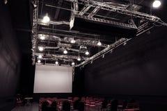 Sala de conferencias con las sillas rojas Imagen de archivo