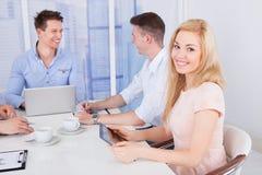 Sala de conferencias de With Colleagues In de la empresaria feliz Imagen de archivo libre de regalías