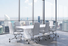 Sala de conferencias de la esquina panorámica en oficina moderna en New York City Sillas blancas y una tabla blanca Imagen de archivo