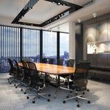 Sala de conferencias de la oficina de negocios vacía moderna ejecutiva que pasa por alto una ciudad Foto de archivo libre de regalías