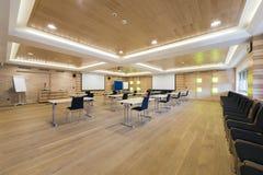 Sala de conferencias de madera con la pared de la presentación Fotos de archivo libres de regalías