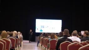 Sala de conferencias La gente escucha la presentación la sala de conferencias Visión posterior