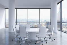 Sala de conferencias panorámica en oficina moderna en New York City Sillas blancas y una mesa redonda blanca Fotografía de archivo libre de regalías