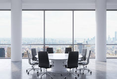 Sala de conferencias panorámica en oficina moderna, opinión de New York City Sillas negras y una mesa redonda blanca Imagenes de archivo
