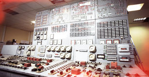 Sala de control de una planta vieja de la producción de energía foto de archivo